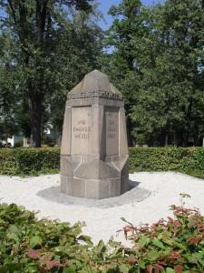 2012_Denkmal_Friedhof_800_600